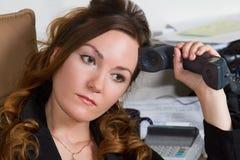 Femme songeur d'affaires avec le téléphone image stock