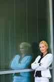 Femme songeur d'affaires près de l'immeuble de bureaux Photographie stock libre de droits
