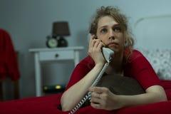 Femme songeuse appelle l'ami Image libre de droits