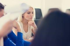 Femme songeuse d'affaires lors d'une réunion dans le bureau image libre de droits