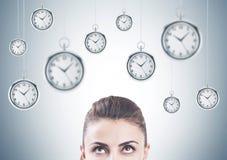 Femme songeuse recherchant, gestion du temps Images libres de droits