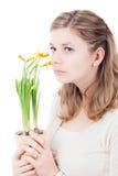 Femme songeuse triste sentant aux fleurs image libre de droits