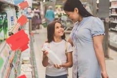 Femme sortante et fille prenant des laitages Image stock