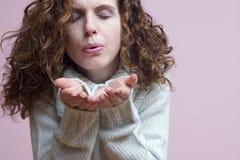 Femme soufflant quelque chose Photos libres de droits