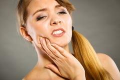 femme souffrant de la douleur de dent images stock