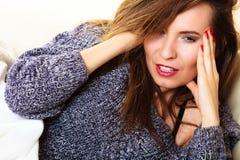 Femme souffrant de la douleur principale prenant le petit somme de puissance Photo stock