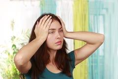 Femme souffrant de la migraine image libre de droits