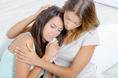 Femme soulageant l'ami pleurant Images libres de droits