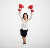 Femme soulevant ses mains vers le haut Photographie stock