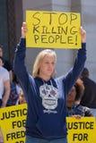 Femme soulevant un signe Photos libres de droits