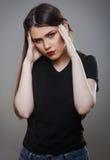 Femme soumise à une contrainte avec des migraines images stock