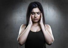 Femme soumise à une contrainte ayant un mal de tête images libres de droits