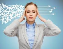 Femme soumise à une contrainte couvrant ses oreilles de mains Images stock