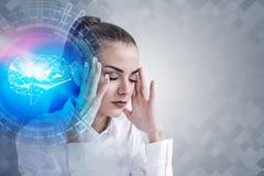 Femme soumise à une contrainte et hologramme numérique de cerveau photos libres de droits