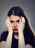 Femme soumise à une contrainte fatiguée avec des migraines image libre de droits