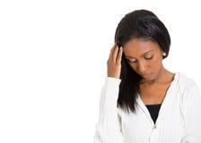 Femme soumise à une contrainte triste malheureuse regardant en bas loin de la pensée Photographie stock libre de droits