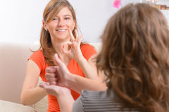 Femme sourde apprenant la langue des signes image libre de droits