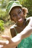 Femme souriant avec l'atteinte de main. photo libre de droits