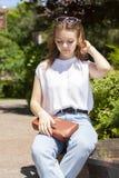 Femme souriant avec le sourire parfait et les dents blanches en parc et regardant l'appareil-photo photographie stock