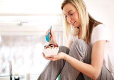 Femme souriant comme elle remplie dans le petit déjeuner Photographie stock libre de droits