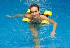 Femme souriant dans l'aérobic d'aqua Images libres de droits