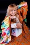 Femme souriant et dansant Photo stock