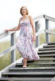 Femme souriant et marchant en bas dehors Photographie stock