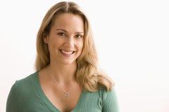Femme souriant à l'appareil-photo Images stock