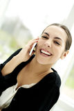Femme souriant largement parlant au téléphone Photographie stock libre de droits