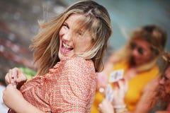 Femme souriant tout en jouant des cads avec des amis Photo libre de droits