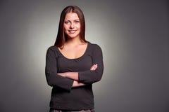 Femme souriante avec les mains pliées photos stock