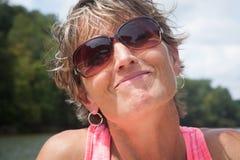 Femme souriante d'un air affecté par l'eau Images libres de droits