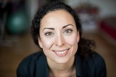 Femme souriante, gaie et amicale avec les yeux verts avec un fond coloré photo libre de droits