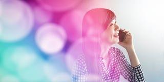 Femme souriante heureuse de visage parlant par l'intermédiaire du concept futé de téléphone, Communi Photo stock