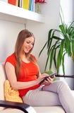 Femme tenant le PC de comprimé photos libres de droits
