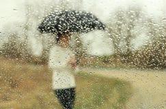 Femme sous la pluie Images libres de droits