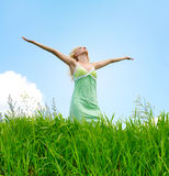 Femme sous le ciel bleu Photos libres de droits