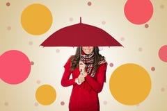 Femme sous le sourire de parapluie Photo stock