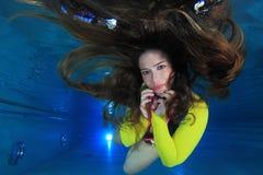 Femme sous-marin Photo stock