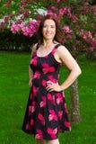 Femme sous un cerisier Photo stock