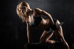 Femme sportif avec des haltères image stock