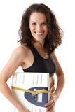 Femme sportif riant avec l'échelle photos libres de droits