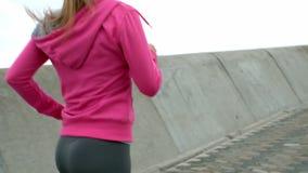 Femme sportive avec des écouteurs pulsant clips vidéos