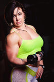Femme sportive avec des dumbells Image stock