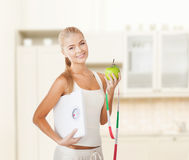 Femme sportive avec l'échelle, la pomme et la bande de mesure Photo libre de droits