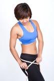 femme sportive avec la bande de mesure autour du gratte-cul. image stock