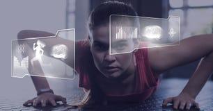 Femme sportive d'ajustement dans le gymnase avec l'interfac de santé image stock