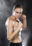 Femme sportive dans la pose de combat avec le regard féroce photos libres de droits