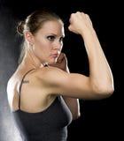 Femme sportive dans la pose de combat contre le noir image stock