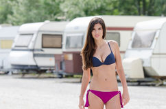 Femme sportive dans le stationnement de caravane Images libres de droits